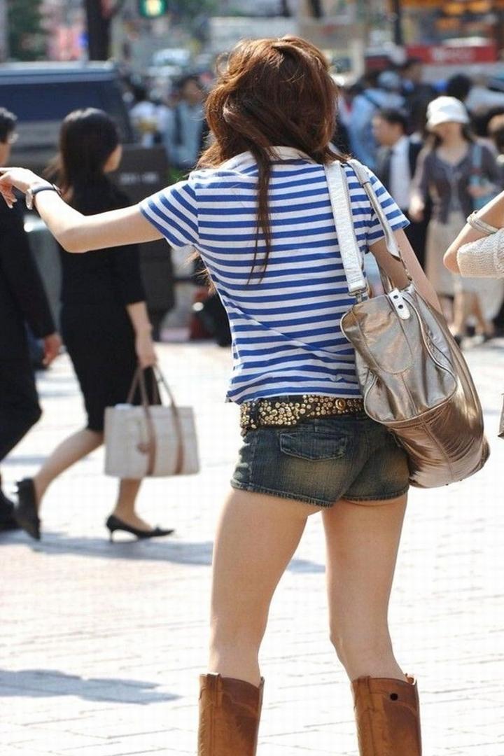 【街撮りショーパン微エロ画像】付け根際まで見えるムチムチ太ももとハミ出た尻が素敵すぎる街角のショーパン女子www 04