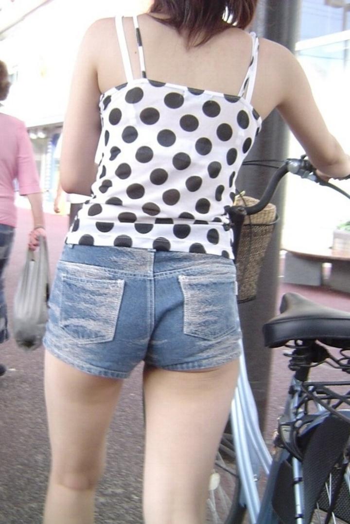 【街撮りショーパン微エロ画像】付け根際まで見えるムチムチ太ももとハミ出た尻が素敵すぎる街角のショーパン女子www 07