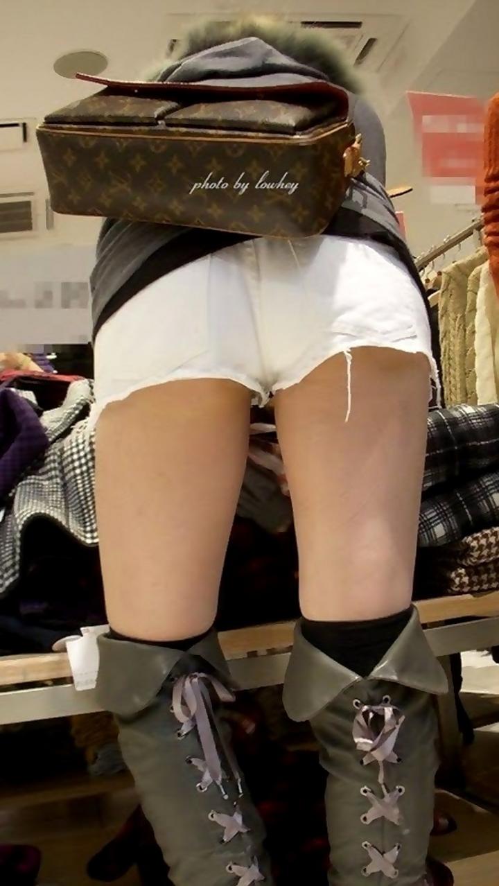 【街撮りショーパン微エロ画像】付け根際まで見えるムチムチ太ももとハミ出た尻が素敵すぎる街角のショーパン女子www 12