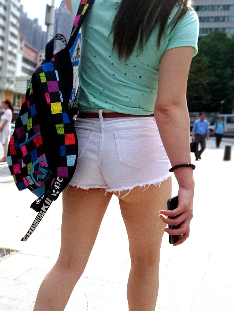 【街撮りショーパン微エロ画像】付け根際まで見えるムチムチ太ももとハミ出た尻が素敵すぎる街角のショーパン女子www 14