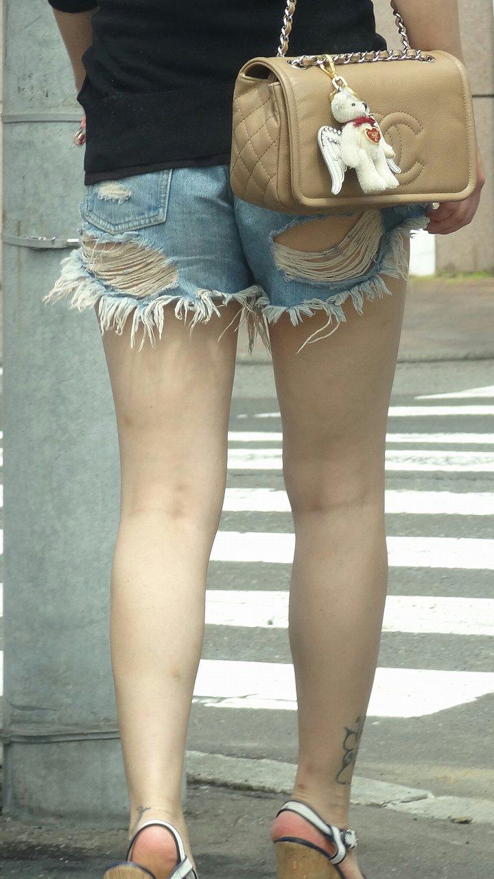 【街撮りショーパン微エロ画像】付け根際まで見えるムチムチ太ももとハミ出た尻が素敵すぎる街角のショーパン女子www 15