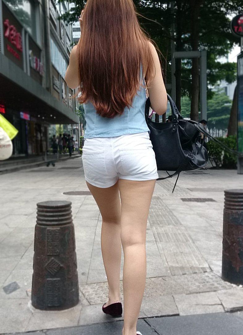 【街撮りショーパン微エロ画像】付け根際まで見えるムチムチ太ももとハミ出た尻が素敵すぎる街角のショーパン女子www 17