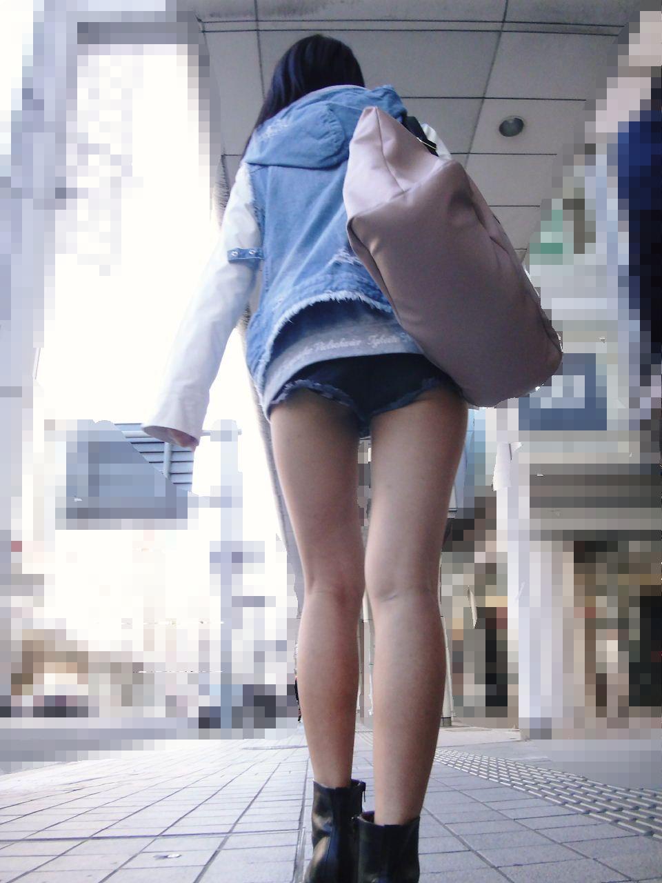 【街撮りショーパン微エロ画像】付け根際まで見えるムチムチ太ももとハミ出た尻が素敵すぎる街角のショーパン女子www 19
