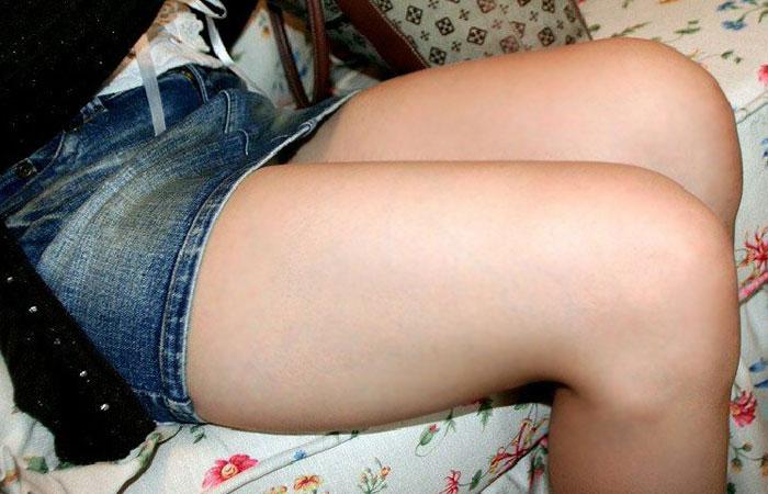【太ももエロ画像】是非とも膝枕にさせてもらったら安眠できそうなムッチリ太ももwww 001