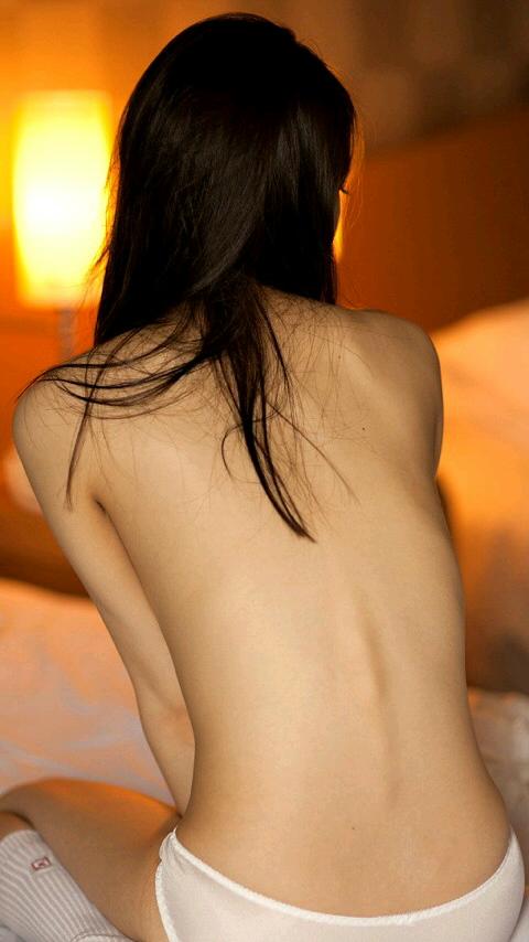 【女の背中エロ画像】正面から見なくても十分勃てる卑猥さwww女性の美しい背中画像 11