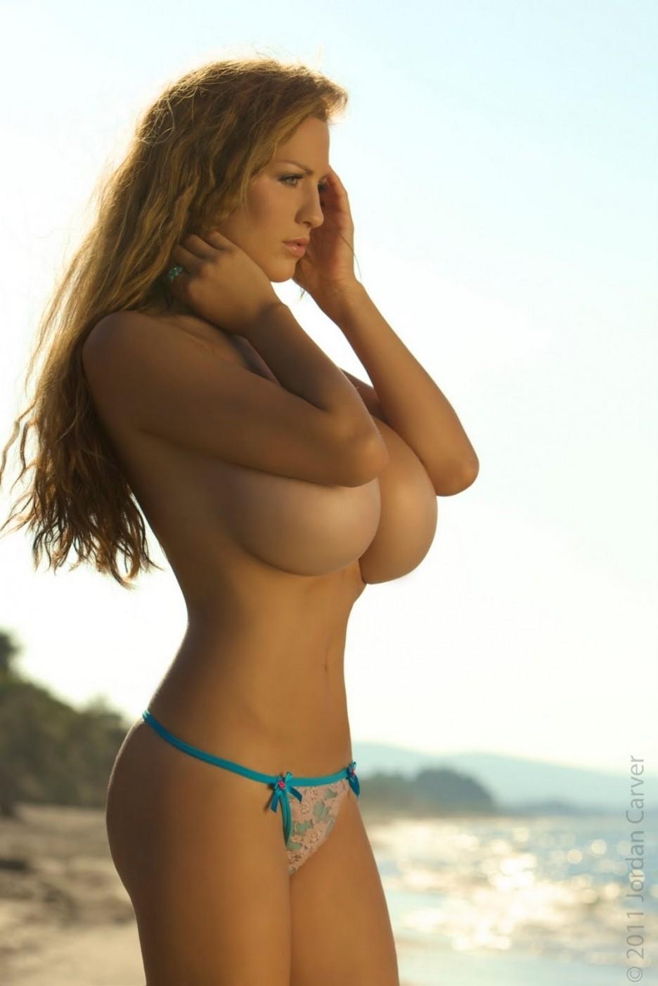 【海外超乳エロ画像】超乳だらけな海の向こうwww許容オーバーなおっぱい引っ提げ挑発してくる外人美女たち 10