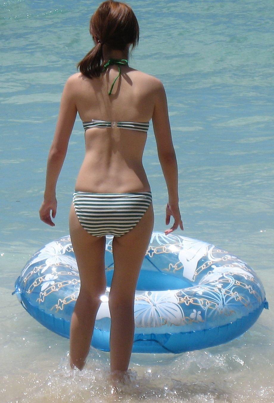 【素人水着エロ画像】立派な安産型が拝み放題でしたwww水着ギャルと海の悶々とする思い出 16