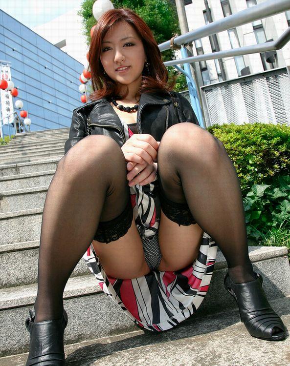 【パンチラエロ画像】ワザと下着が見える座り方してくれる彼女が理想www誘惑パンモロ画像 03