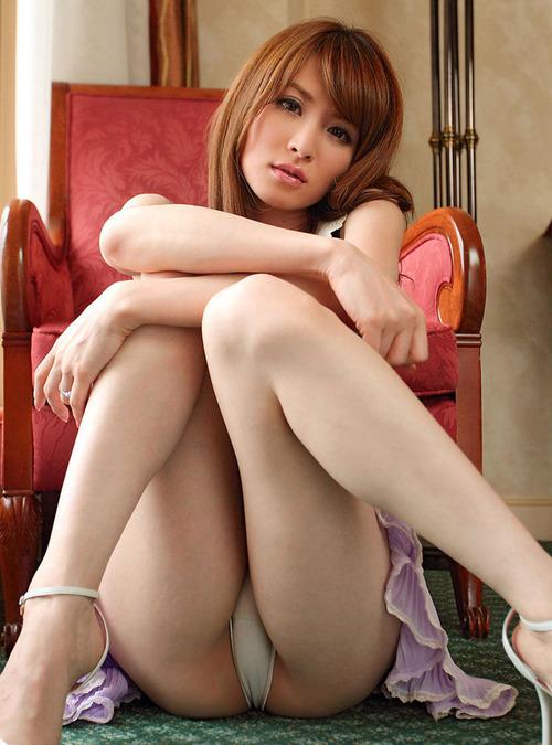 【パンチラエロ画像】ワザと下着が見える座り方してくれる彼女が理想www誘惑パンモロ画像 04