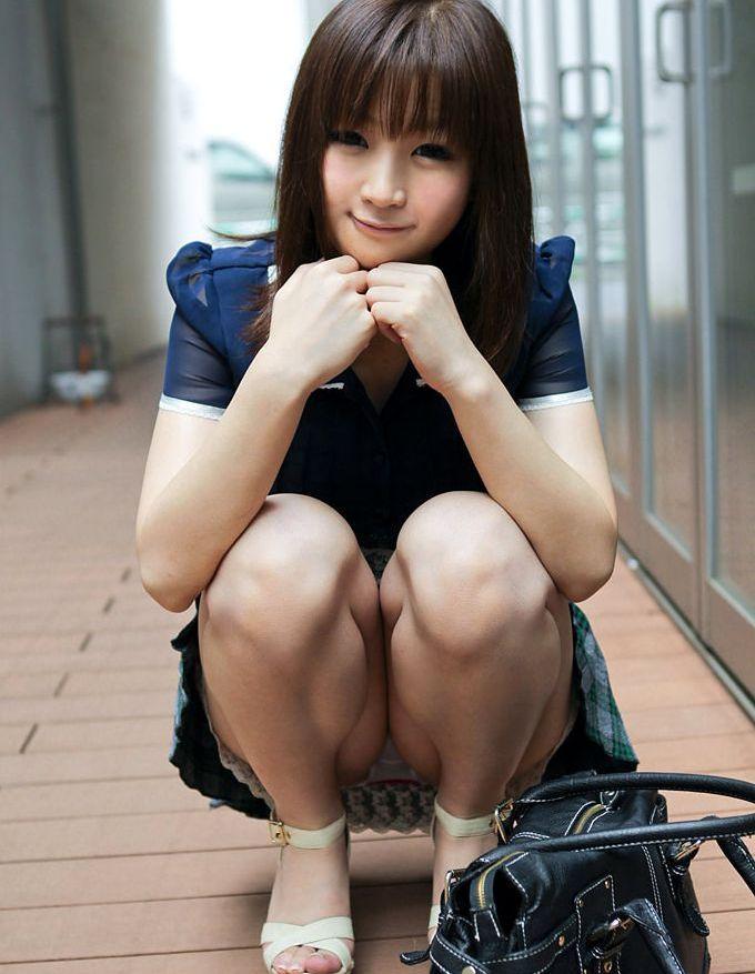 【パンチラエロ画像】ワザと下着が見える座り方してくれる彼女が理想www誘惑パンモロ画像 08