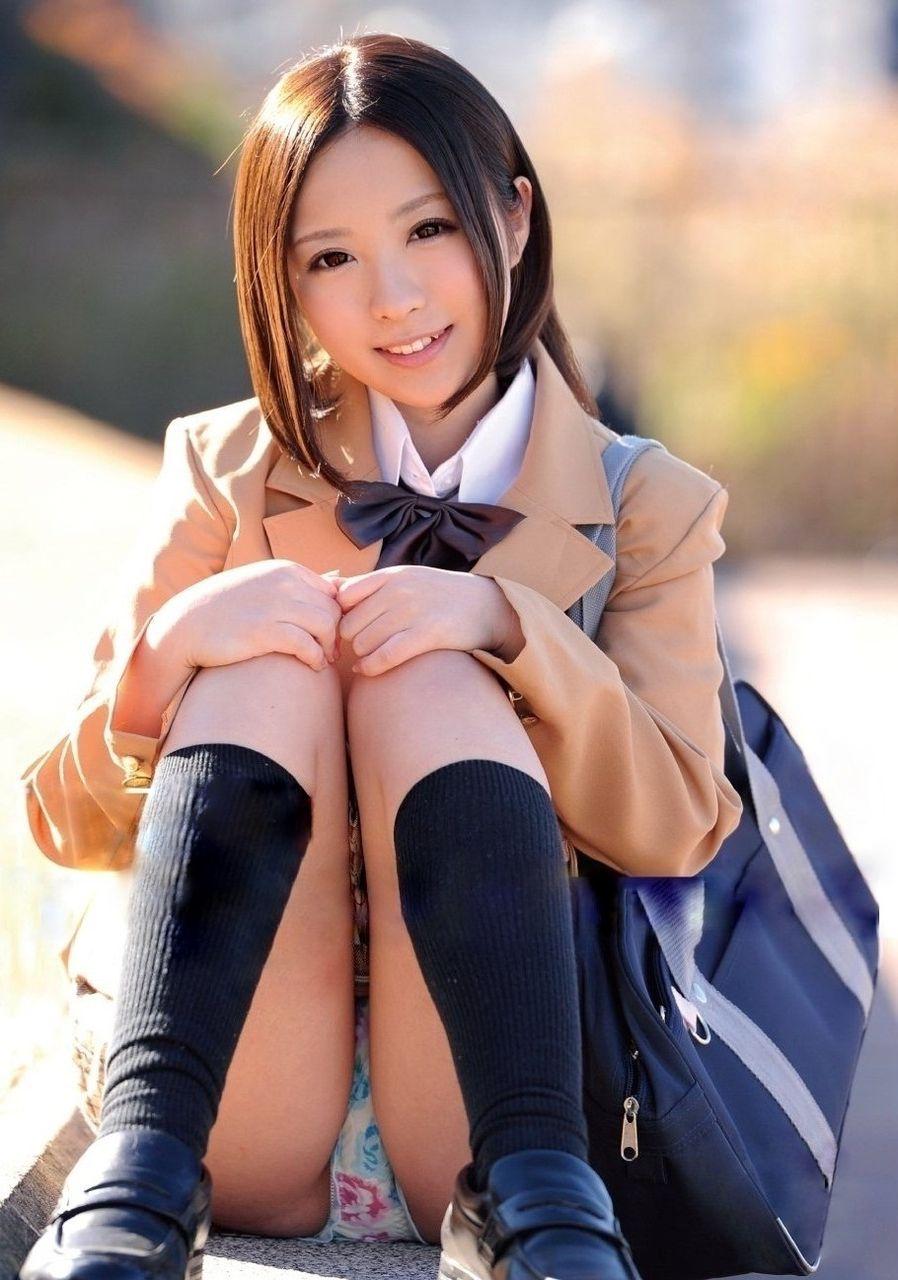 【パンチラエロ画像】ワザと下着が見える座り方してくれる彼女が理想www誘惑パンモロ画像 11