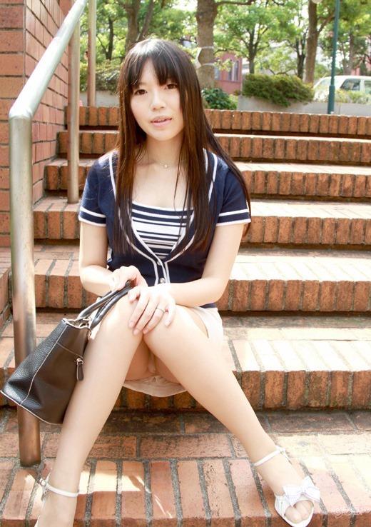 【パンチラエロ画像】ワザと下着が見える座り方してくれる彼女が理想www誘惑パンモロ画像 12