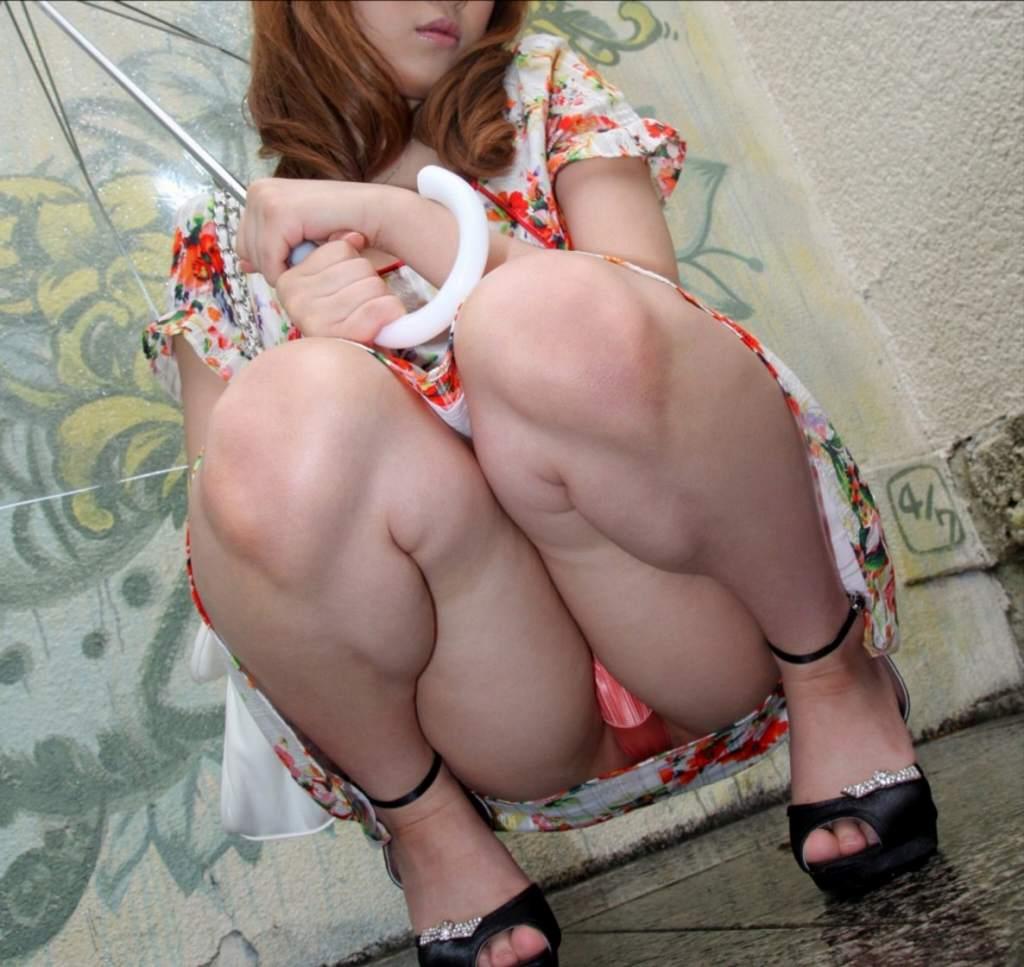 【パンチラエロ画像】ワザと下着が見える座り方してくれる彼女が理想www誘惑パンモロ画像 19