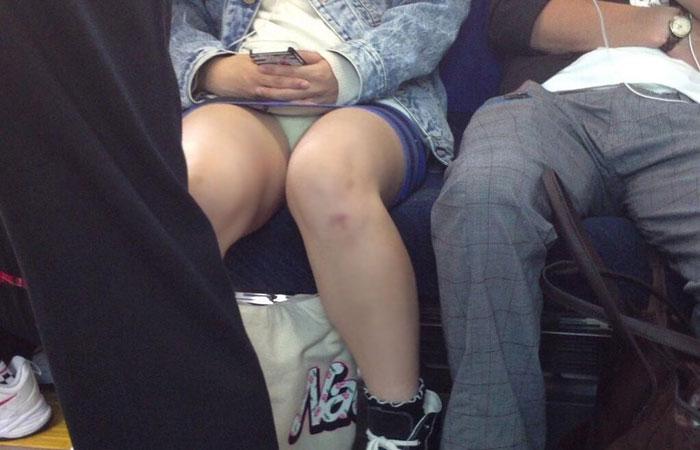 【対面パンチラエロ画像】電車通勤で座れる男達の密かな楽しみwww対面女性のミニスカチラ覗き 001