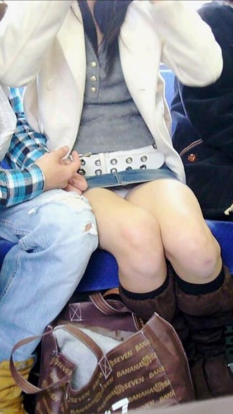 【対面パンチラエロ画像】電車通勤で座れる男達の密かな楽しみwww対面女性のミニスカチラ覗き 02