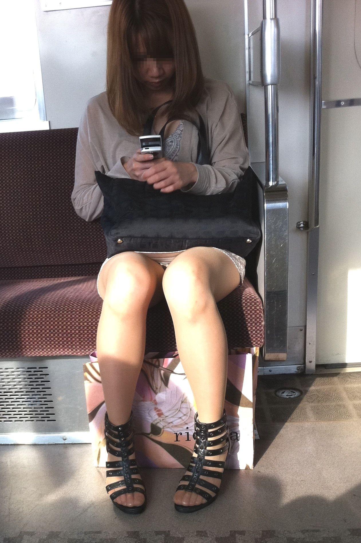 【対面パンチラエロ画像】電車通勤で座れる男達の密かな楽しみwww対面女性のミニスカチラ覗き 04