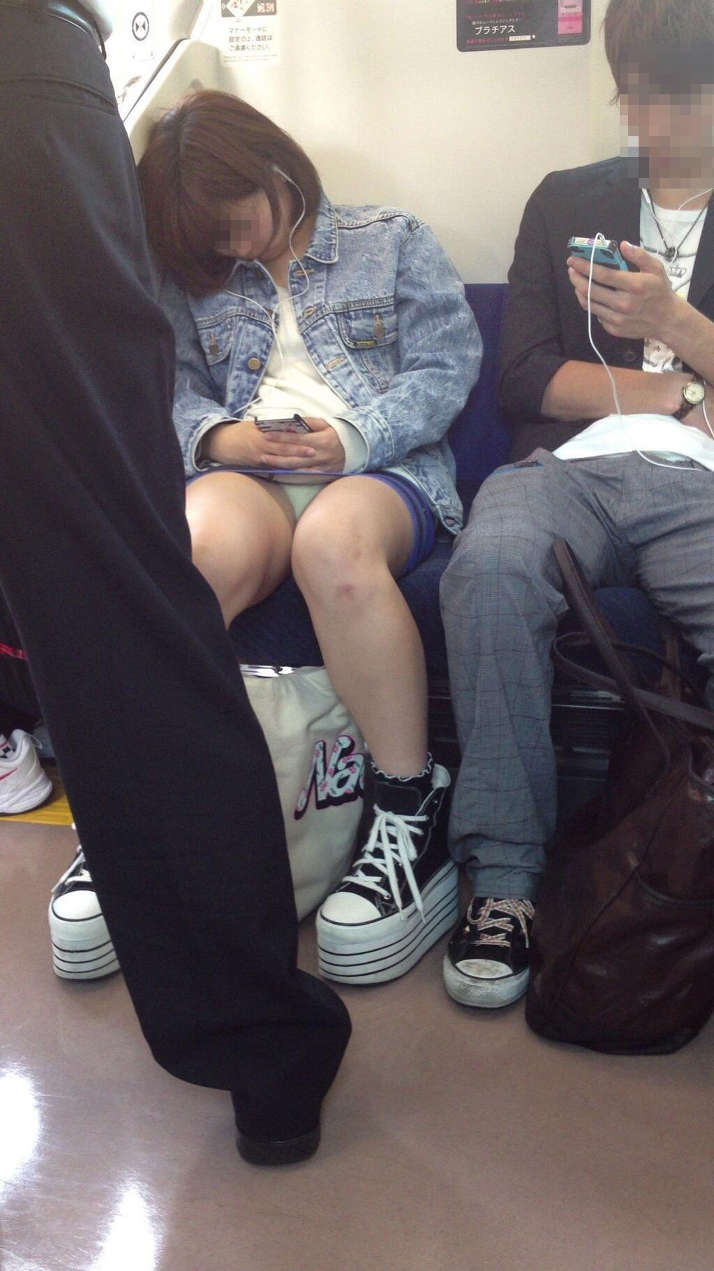 【対面パンチラエロ画像】電車通勤で座れる男達の密かな楽しみwww対面女性のミニスカチラ覗き 06