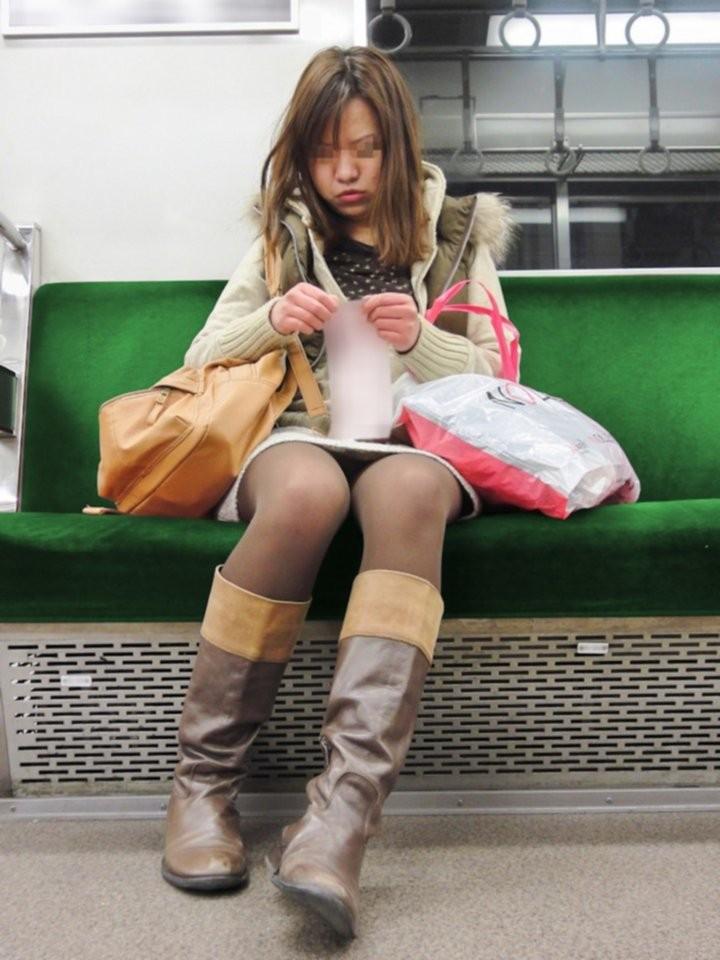 【対面パンチラエロ画像】電車通勤で座れる男達の密かな楽しみwww対面女性のミニスカチラ覗き 10