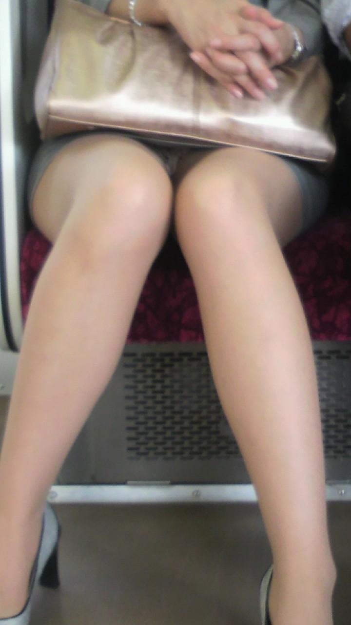【対面パンチラエロ画像】電車通勤で座れる男達の密かな楽しみwww対面女性のミニスカチラ覗き 11