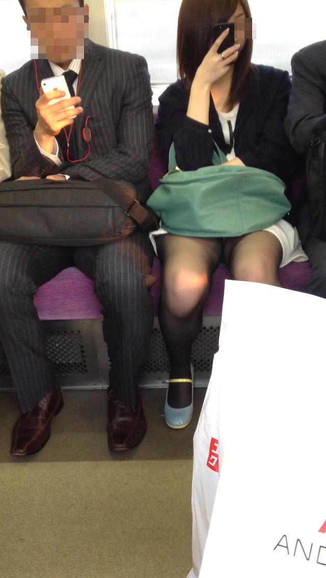 【対面パンチラエロ画像】電車通勤で座れる男達の密かな楽しみwww対面女性のミニスカチラ覗き 13