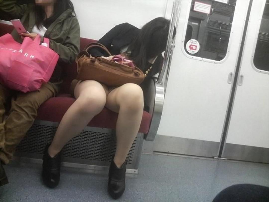 【対面パンチラエロ画像】電車通勤で座れる男達の密かな楽しみwww対面女性のミニスカチラ覗き 18