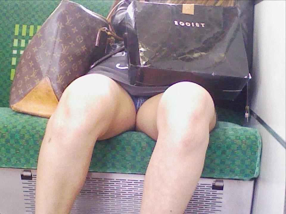 【対面パンチラエロ画像】電車通勤で座れる男達の密かな楽しみwww対面女性のミニスカチラ覗き 20
