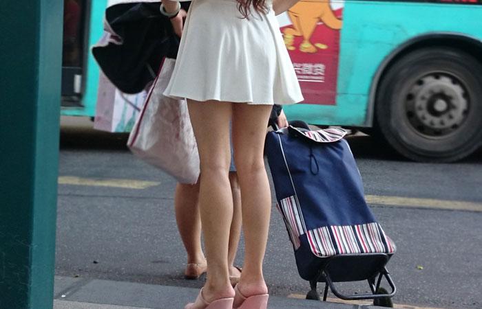 【中華美脚微エロ画像】美脚の楽園、中国で街撮りw数歩進めばほっそり女脚と巡り会えるwww 001