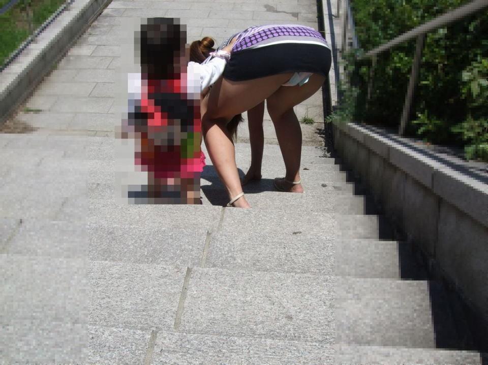 【ママチラエロ画像】自分の嫁が街中で無防備なパンチラ連発するからお父さん真っ赤っ赤www 01