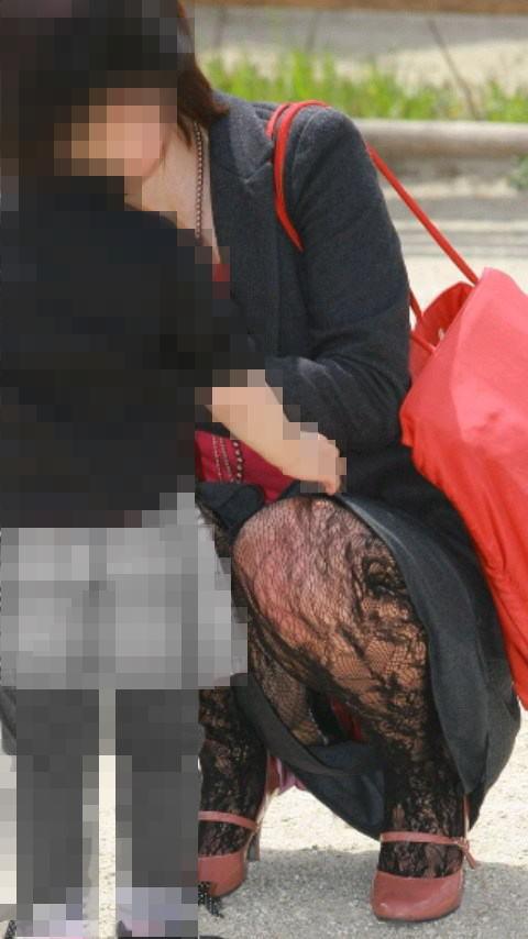 【ママチラエロ画像】自分の嫁が街中で無防備なパンチラ連発するからお父さん真っ赤っ赤www 08