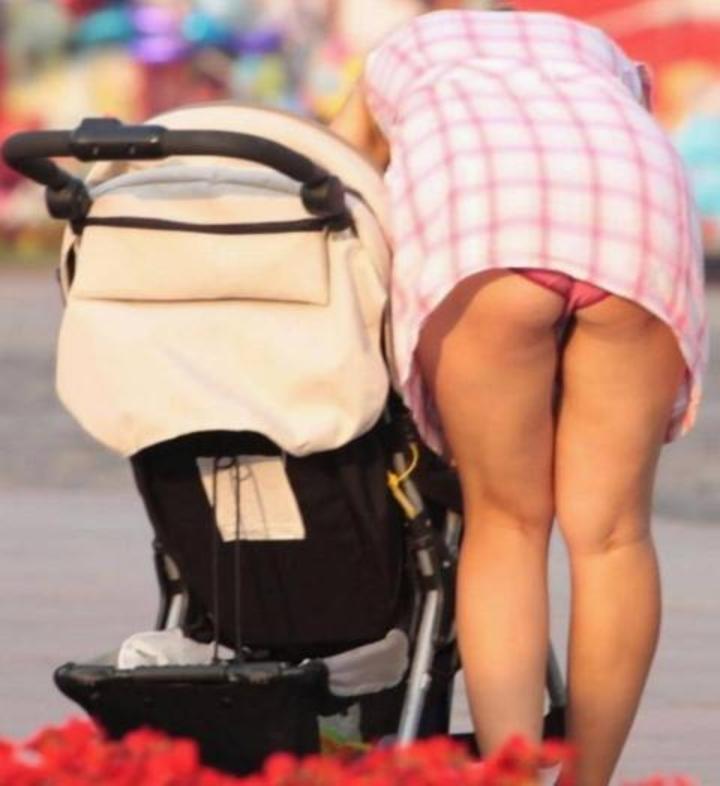 【ママチラエロ画像】自分の嫁が街中で無防備なパンチラ連発するからお父さん真っ赤っ赤www 10