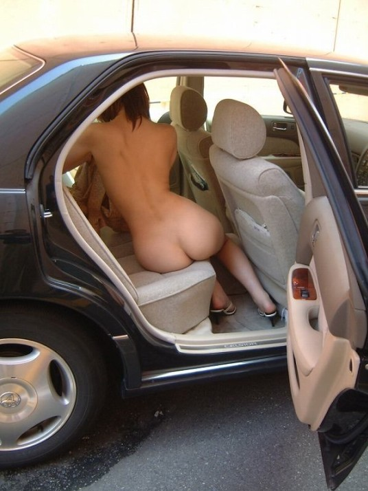 【素人露出エロ画像】人気のない場所で停まった車で行われているかもしれない露出プレイwww 08