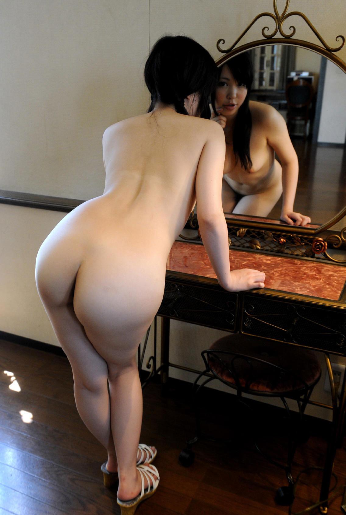 【鏡エロ画像】前後が丸見えw鏡の前に裸の女を添えれば乳も尻も見えて2倍得www 07