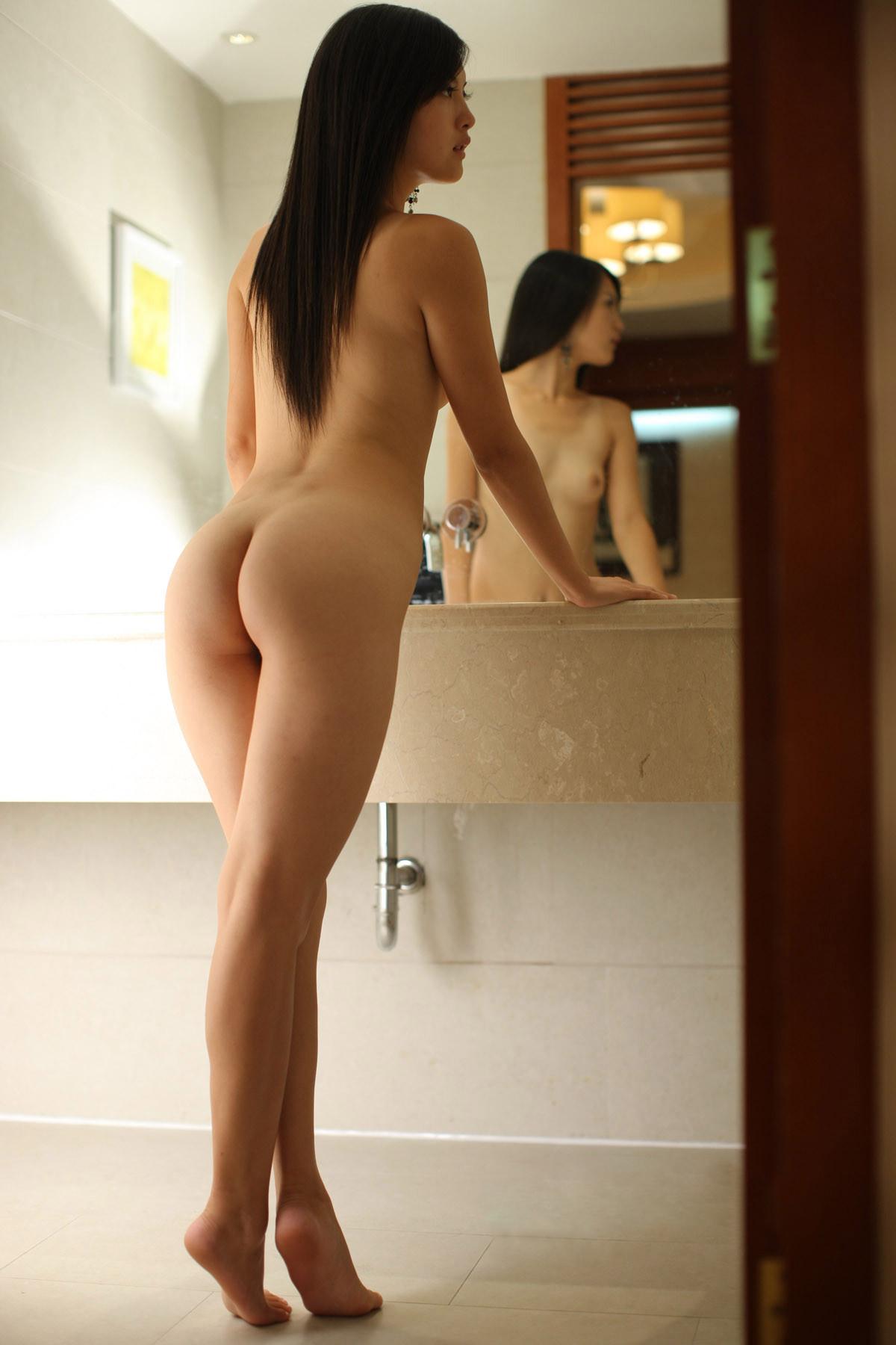 【鏡エロ画像】前後が丸見えw鏡の前に裸の女を添えれば乳も尻も見えて2倍得www 14