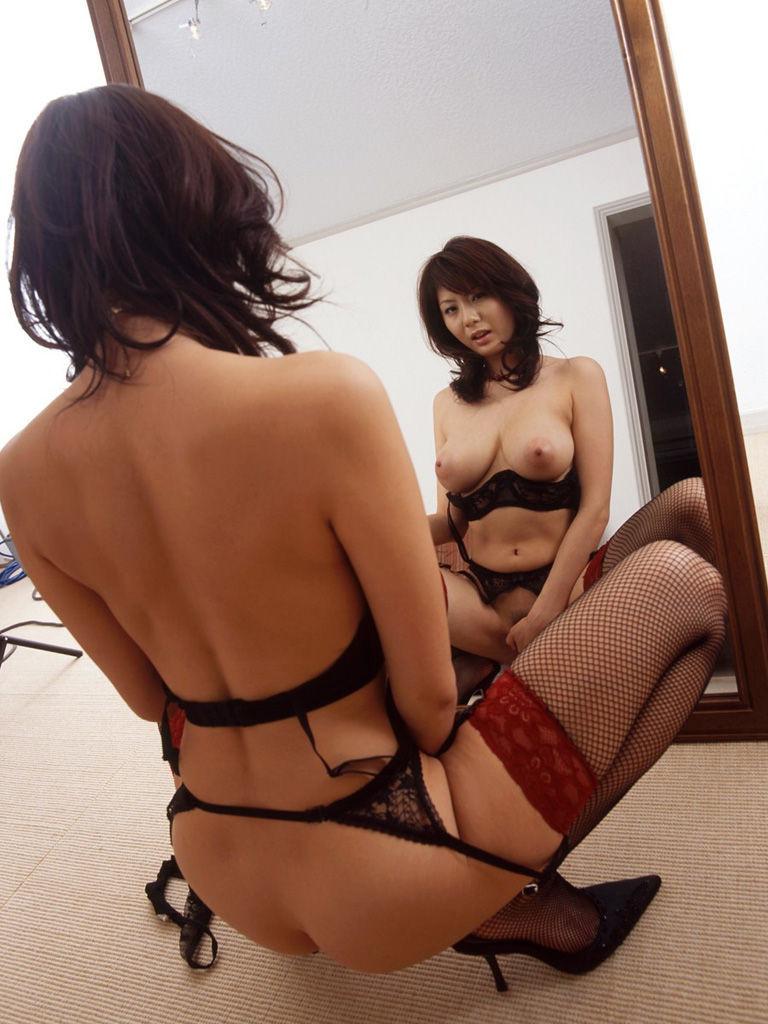 【鏡エロ画像】前後が丸見えw鏡の前に裸の女を添えれば乳も尻も見えて2倍得www 18