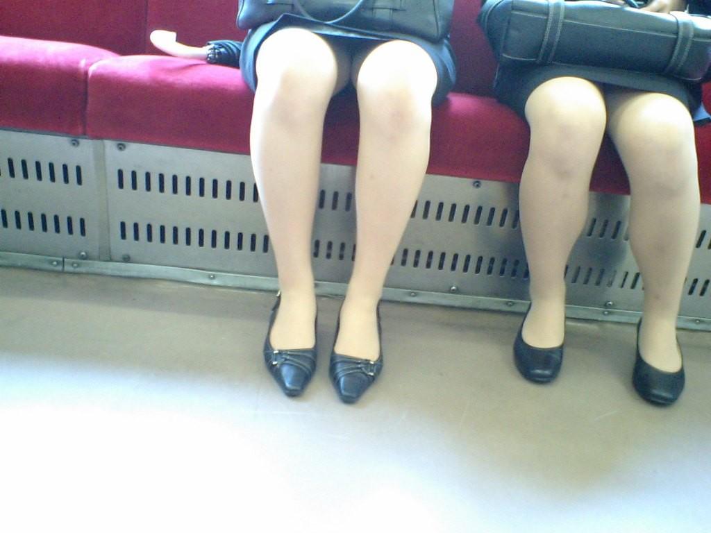 【パンチラエロ画像】寝ボケも一気に吹き飛ぶ衝撃wwwラッシュ時の電車内対面パンチラ 04
