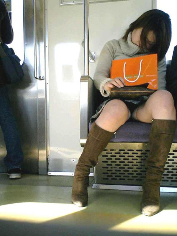 【パンチラエロ画像】寝ボケも一気に吹き飛ぶ衝撃wwwラッシュ時の電車内対面パンチラ 06