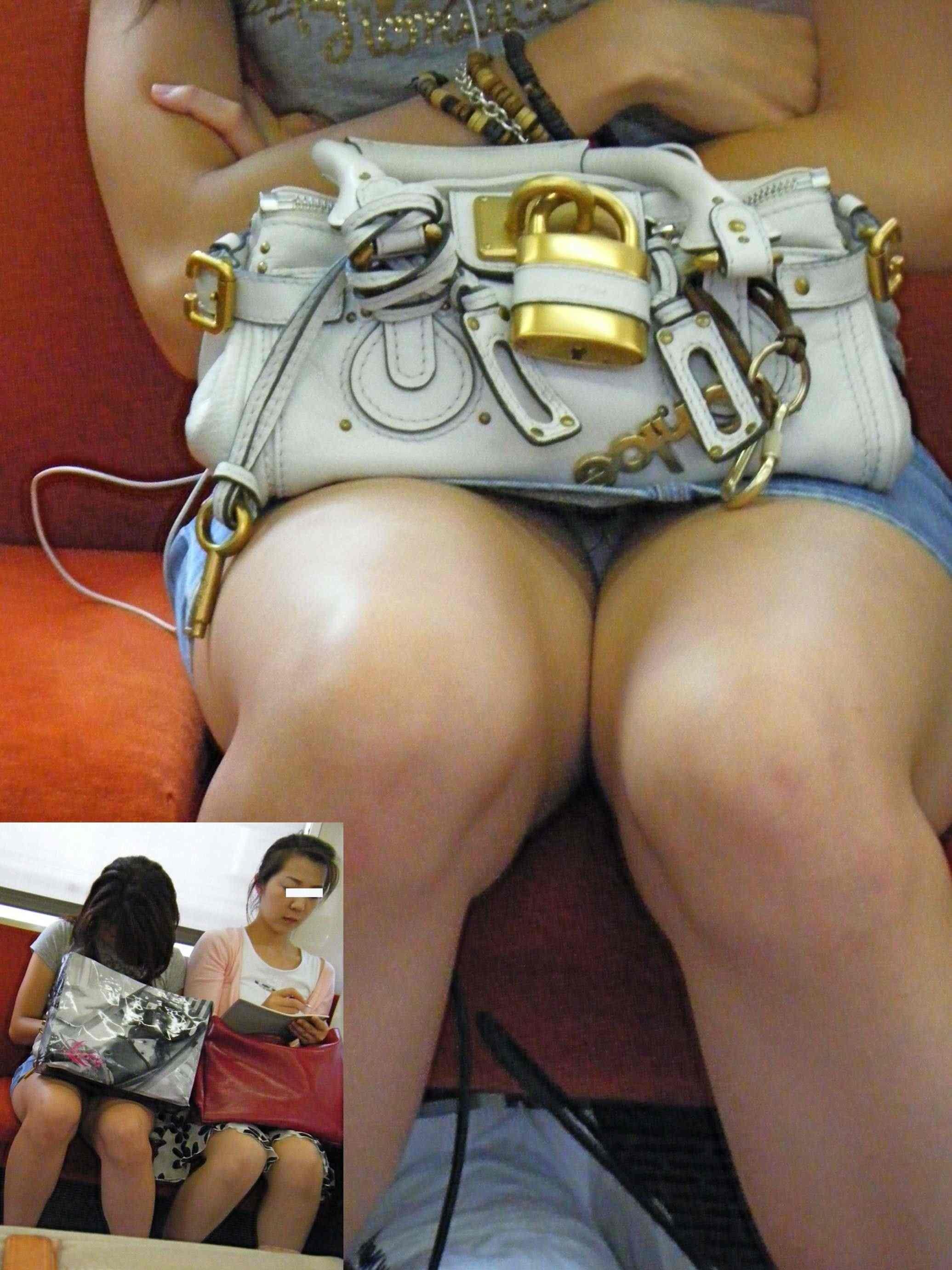 【パンチラエロ画像】寝ボケも一気に吹き飛ぶ衝撃wwwラッシュ時の電車内対面パンチラ 09