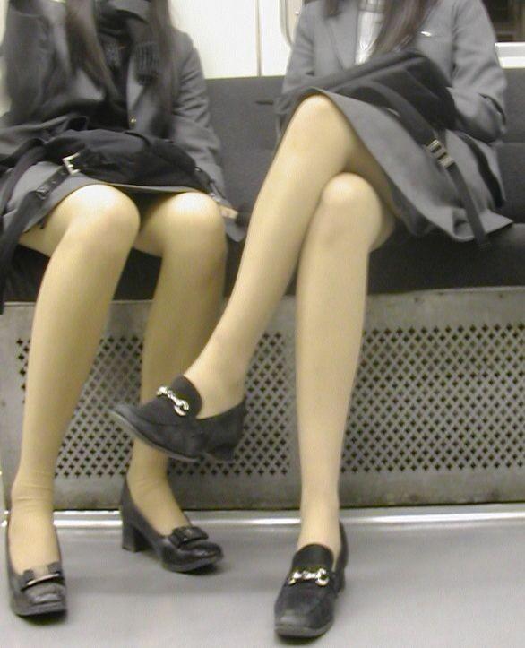 【パンチラエロ画像】寝ボケも一気に吹き飛ぶ衝撃wwwラッシュ時の電車内対面パンチラ 16
