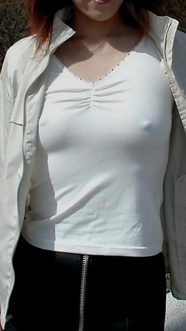【ノーブラエロ画像】たとえ控えめでも下着つけないとこうなるw位置が明確な乳首ポッチwww 16
