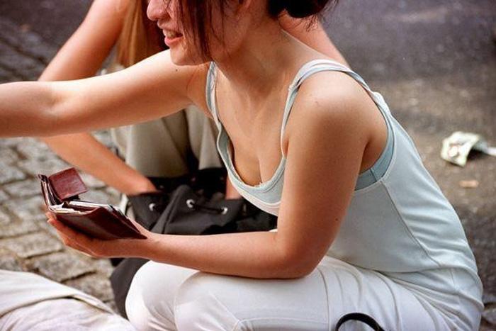 【胸チラエロ画像】現代はこんなにも胸の谷間を際どく見せてくるムッツリな女子がたくさんwww 04