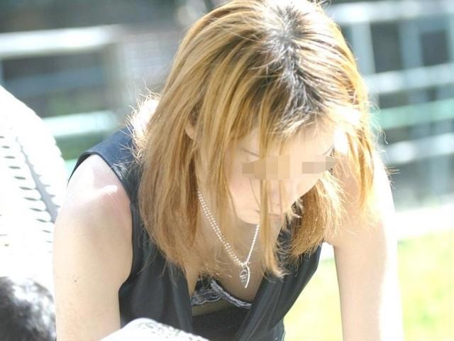 【胸チラエロ画像】現代はこんなにも胸の谷間を際どく見せてくるムッツリな女子がたくさんwww 05