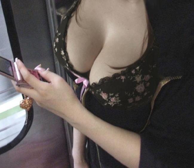 【胸チラエロ画像】現代はこんなにも胸の谷間を際どく見せてくるムッツリな女子がたくさんwww 06