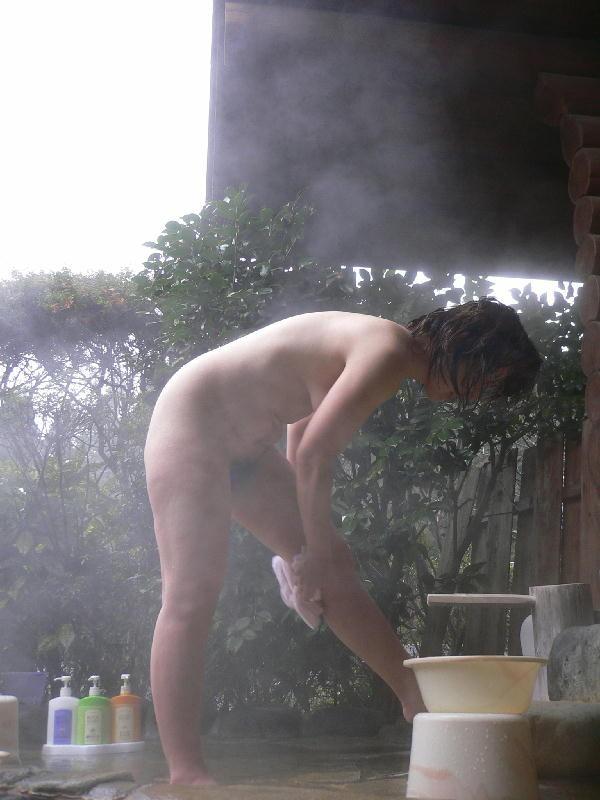 【露天風呂エロ画像】嫁と温泉行った折角だからカメラ持ち込み裸体をパシャ撮り! 01