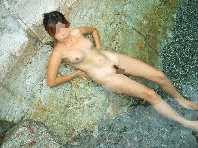 【露天風呂エロ画像】嫁と温泉行った折角だからカメラ持ち込み裸体をパシャ撮り! 03