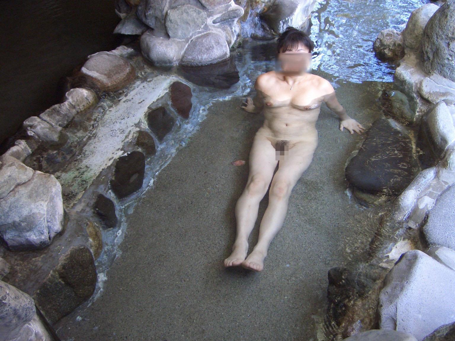 【露天風呂エロ画像】嫁と温泉行った折角だからカメラ持ち込み裸体をパシャ撮り! 07