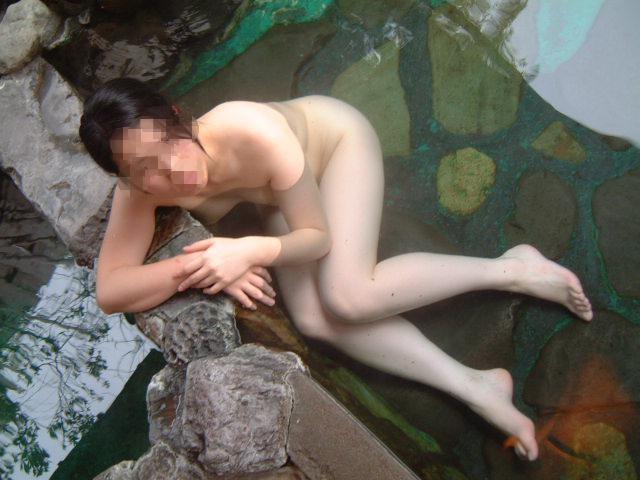 【露天風呂エロ画像】嫁と温泉行った折角だからカメラ持ち込み裸体をパシャ撮り! 08
