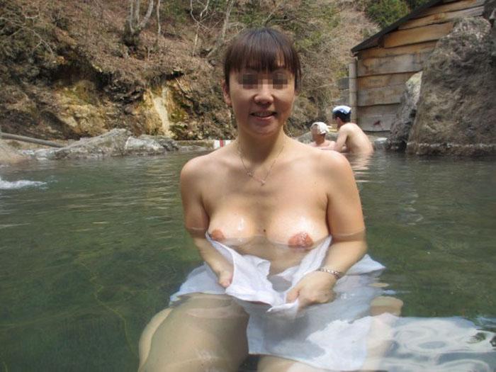 【露天風呂エロ画像】嫁と温泉行った折角だからカメラ持ち込み裸体をパシャ撮り! 16