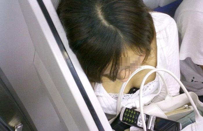 【胸チラエロ画像】私が空いた席に構わず立ち続ける理由www電車内の絶景すぎる胸チラ 001