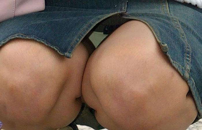 【パンチラ微エロ画像】ミニスカ女子が座ってる→正面回る。もはや黄金パターンのパンチラ撮りwww 001