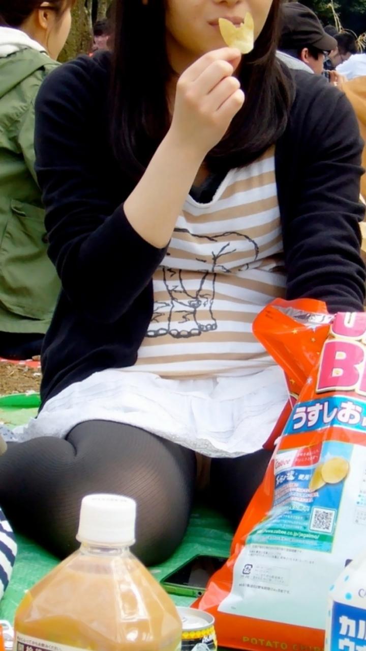【パンチラ微エロ画像】ミニスカ女子が座ってる→正面回る。もはや黄金パターンのパンチラ撮りwww 04